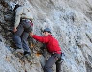 Bild 11 Bergwand. Thomas erreicht den Toten. Thomas Hafner (Max Riemelt).